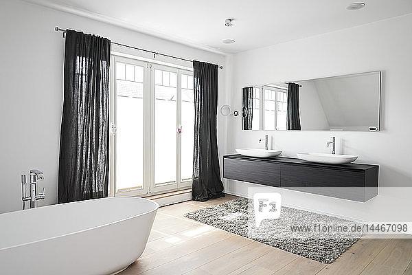 Geräumiges modernes Badezimmer