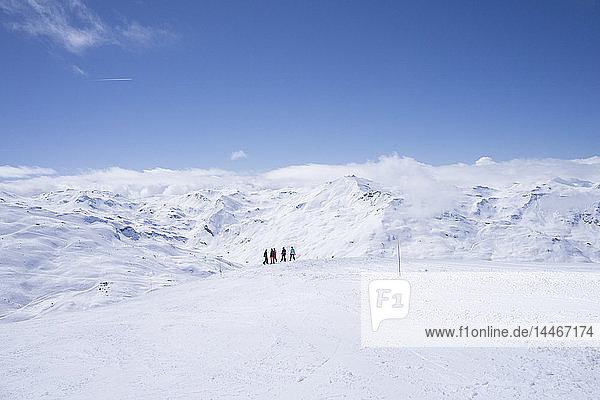 Frankreich  Französische Alpen  Les Menuires  Trois Vallees  Skifahrer mit Fernsicht