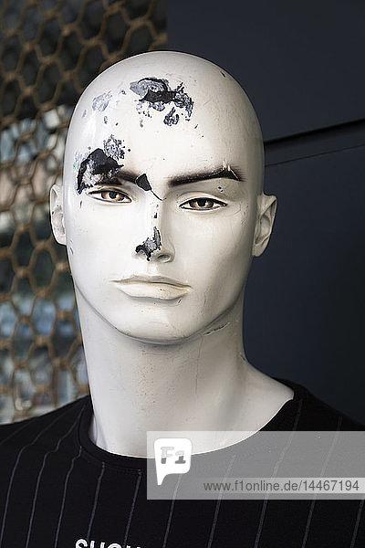 Beschädigter Kopf einer männlichen Schaufensterpuppe