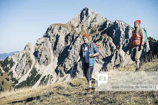 Österreich  Tirol  Paar beim Wandern in den Bergen