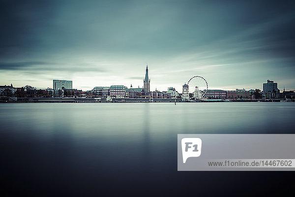 Deutschland  Düsseldorf  Blick auf die Altstadt mit dem Rhein im Vordergrund