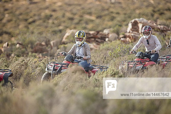 Eine Gruppe von Menschen mit Quad-Bikes in Südafrika