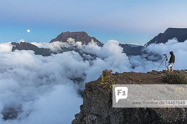 Wiedervereinigung,  Maido-Standpunkt,  Blick vom Vulkan Maido zum Cirque de Mafate,  Gros Morne und Piton des Neiges,  Fotograf,  Mondaufgang