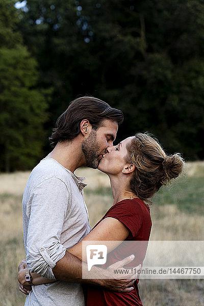 Zärtliches Paar  das sich in der Natur küsst