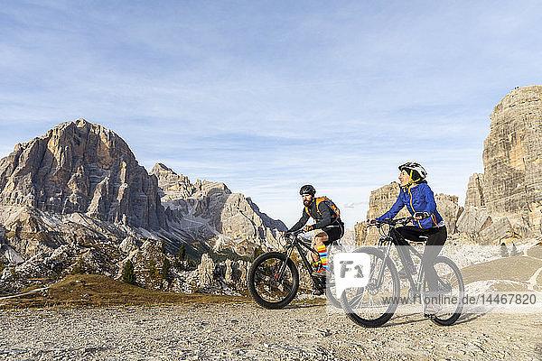 Italien  Cortina d'Ampezzo  zwei Personen radeln mit Mountainbikes in den Dolomiten