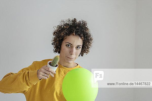 Porträt einer Frau mit Ballon und Kaktus