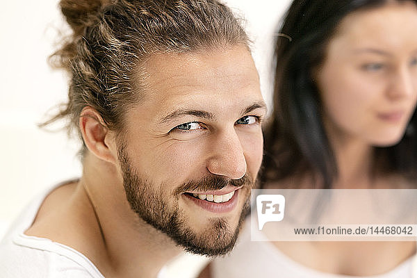 Zärtliches Paar   Mann schaut in die Kamera und lächelt