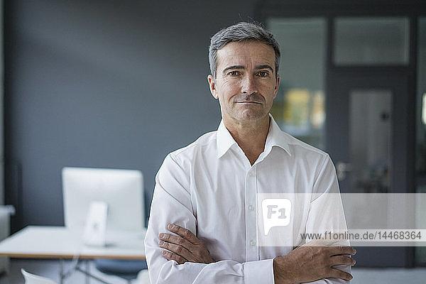 Porträt eines selbstbewussten Geschäftsmannes im Büro