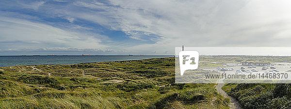 Dänemark  Jütland  Skagen  Grenen  Dünenlandschaft mit Leuchtturm im Hintergrund