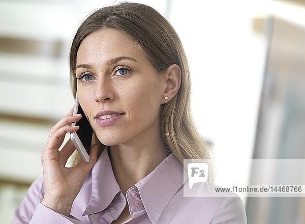 Porträt einer selbstbewussten Geschäftsfrau am Handy