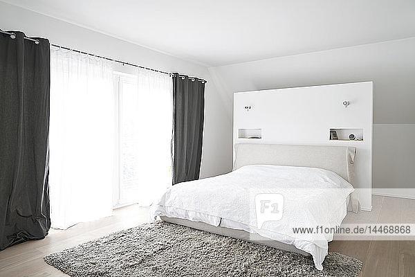 Geräumiges modernes Schlafzimmer