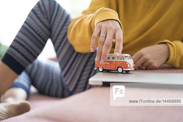 Frau spielt zu Hause mit Wohnmobilmodell