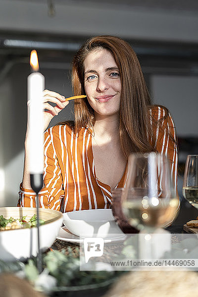 Porträt einer leseköpfigen Frau  die auf einer Dinnerparty sitzt