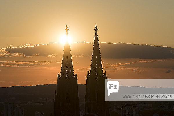Deutschland  Köln  Silhouetten von Turmspitzen des Kölner Doms bei Sonnenuntergang