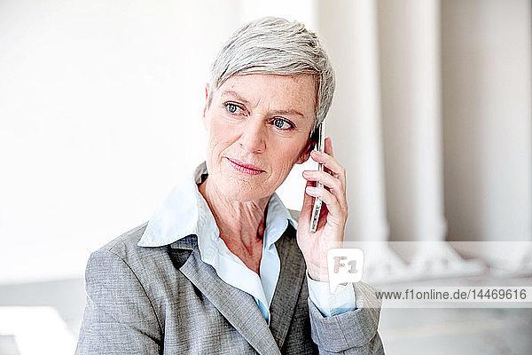 Porträt einer reifen Geschäftsfrau am Telefon