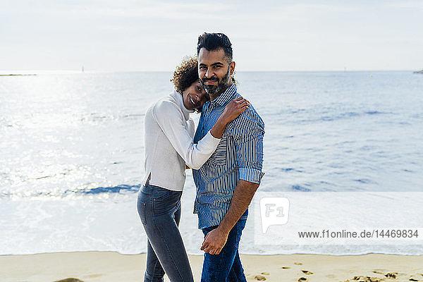Spanien  Barcelona  Porträt eines Paares am Strand