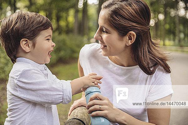 Mutter und ihr kleiner Sohn amüsieren sich gemeinsam in einem Park