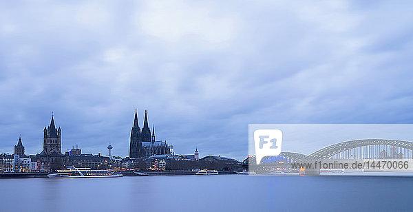Deutschland  Köln  Stadtansicht mit Kölner Dom zur blauen Stunde