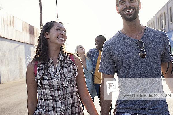 Zwei glückliche junge Paare unterwegs im Freien