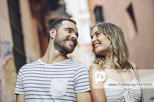 Spanien,  Andalusien,  Malaga,  glückliches Touristenpaar,  das sich in der Stadt ansieht