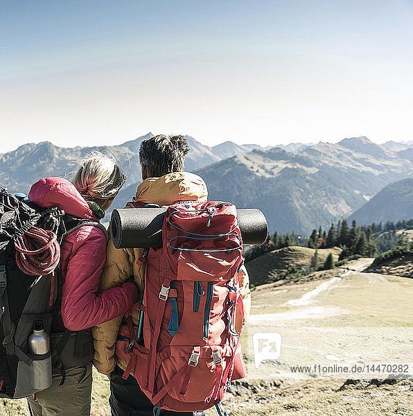 Österreich  Tirol  Rückansicht eines aussichtsreichen Paares auf einer Wanderung in den Bergen