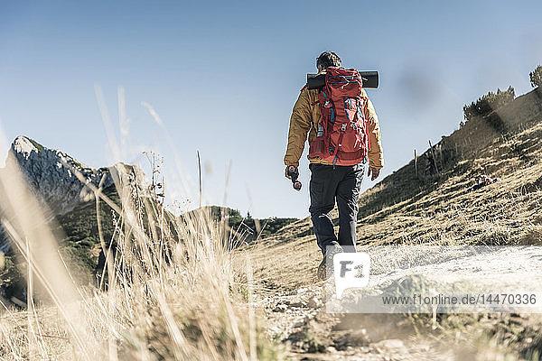 Österreich  Tirol  Mann wandert in den Bergen