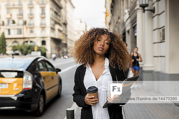 Junge Frau mit Laptoptasche und Kaffee zum Mitnehmen in der Stadt  die das Taxi verpasst