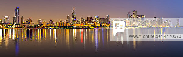 USA  Illinois  Chicago  Panoramablick bei Nacht