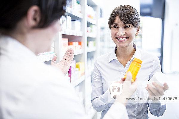 Apothekerin berät Kunden in der Apotheke