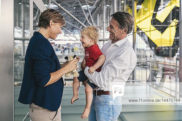 Kleiner Junge freut sich über die Ankunft seiner Geschäftsmutter am Flughafen
