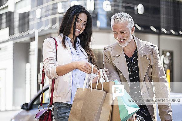 Älteres Paar beim Einkaufsbummel