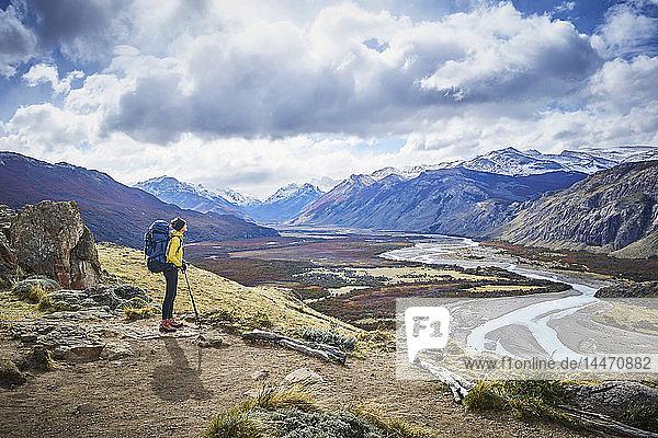 Argentinien  Patagonien  El Chalten  Frau auf einer Wanderung bei Fitz Roy und Cerro Torre