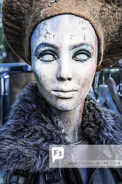 Bemalter Kopf einer weiblichen Schaufensterpuppe auf dem Flohmarkt