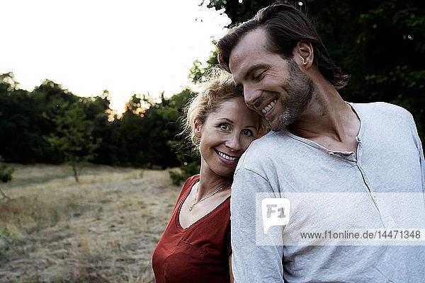 Glückliches  in der Natur stehendes Paar