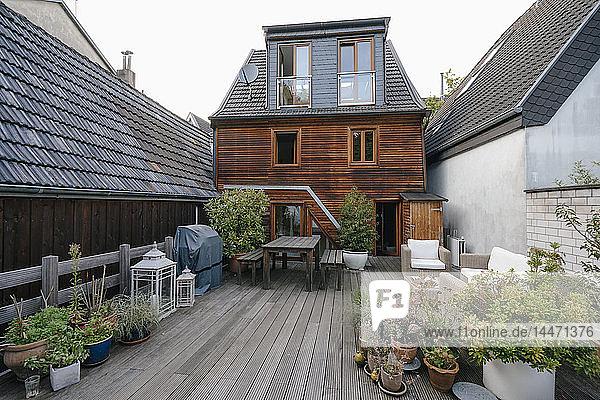 Rückseite eines Einfamilienhauses mit Terrasse