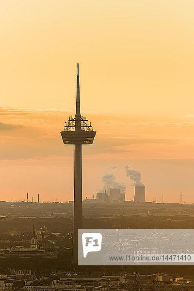 Deutschland  Köln  Silhouette des Fernsehturms im Morgengrauen