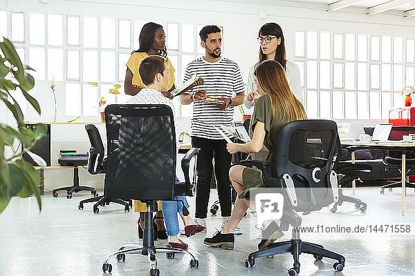 Kollegen diskutieren im Amt