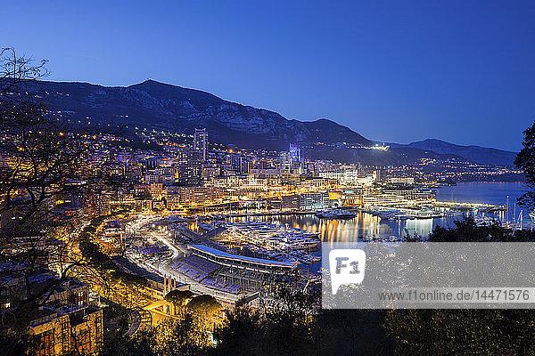 Das Fürstentum Monaco,  Monaco,  Monte Carlo und Port Hercule im Abendlicht