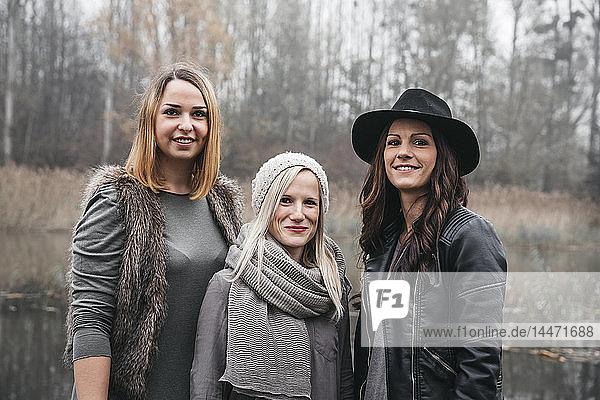 Porträt von drei Freunden in herbstlicher Natur