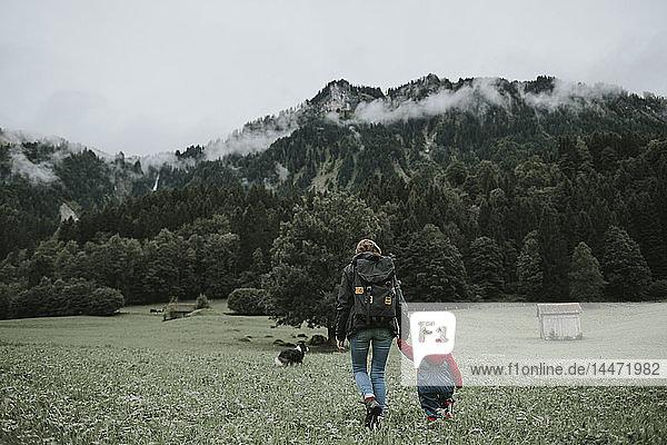 Österreich  Vorarlberg  Mellau  Mutter und Kleinkind auf einer Reise in die Berge