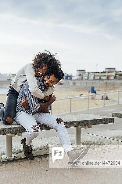 Spanien  Barcelona  glückliches Paar am Strand  das sich amüsiert