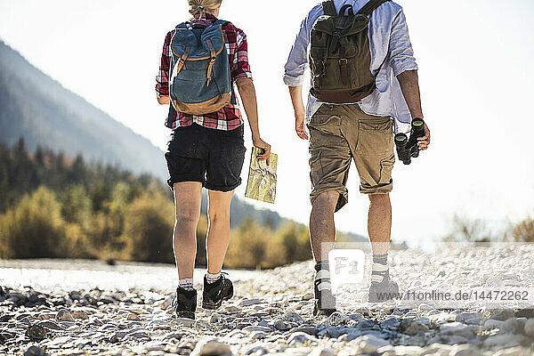 Österreich  Alpen  Ehepaar auf einer Wanderung mit Karte und Fernglas