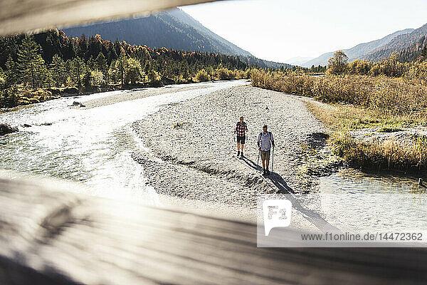 Österreich  Alpen  Paar auf Wanderung entlang eines Baches