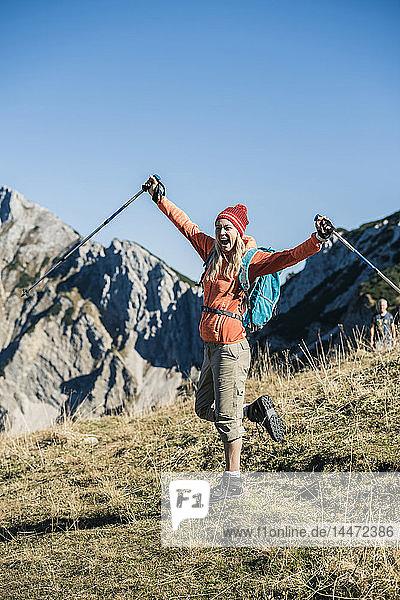 Österreich  Tirol  fröhliche Frau auf einer Wanderung in den Bergen