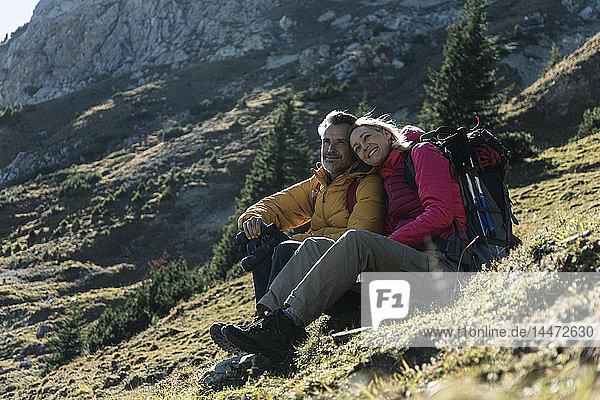 Österreich  Tirol  Ehepaar macht eine Pause während einer Wanderung in den Bergen
