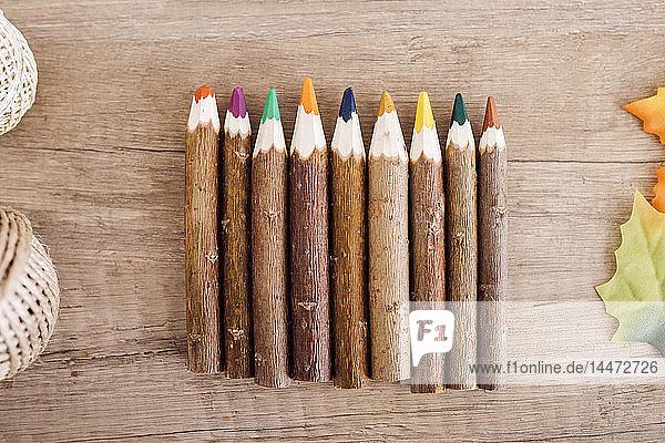 Holzbuntstifte in einer Reihe
