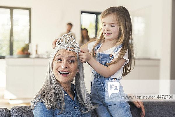 Enkelin setzt Großmutters Kopf die Krone auf