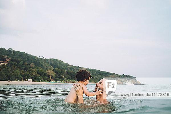 Thailand  Koh Lanta  Vater spielt mit seiner kleinen Tochter im Meer