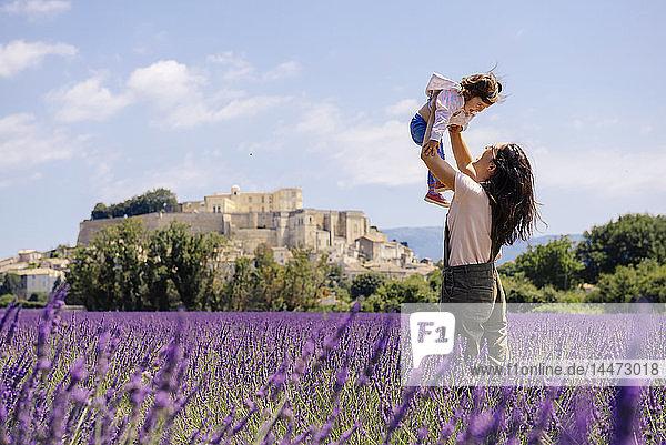 Frankreich  Grignan  Mutter und kleine Tochter amüsieren sich gemeinsam im Lavendelfeld