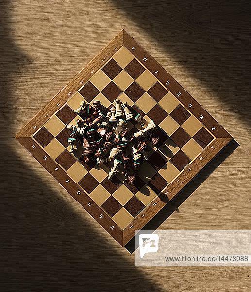 Schachfiguren auf Schachbrett  Draufsicht